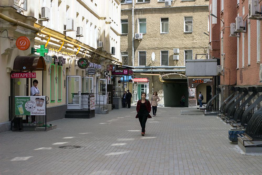 И слева от арки по-меньше, будет наш магазин.